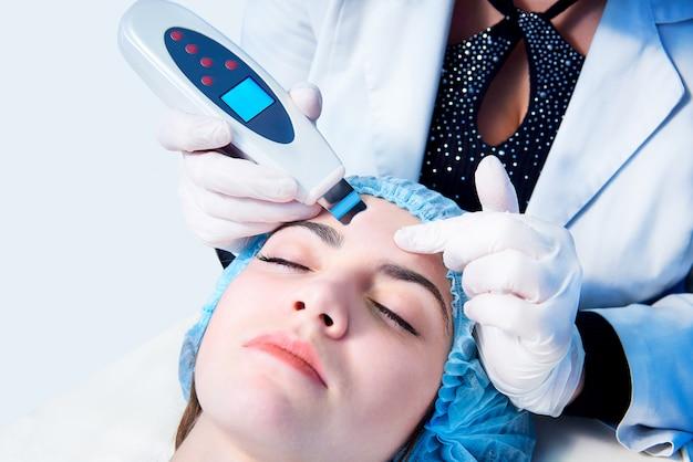 Verfahren der ultraschallreinigung des gesichts. medizinische behandlung und hautpflege.
