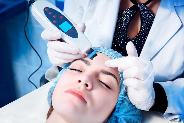 Verfahren der ultraschallreinigung des gesichts. ultraschallwäscher. medizinische behandlung und hautpflege.