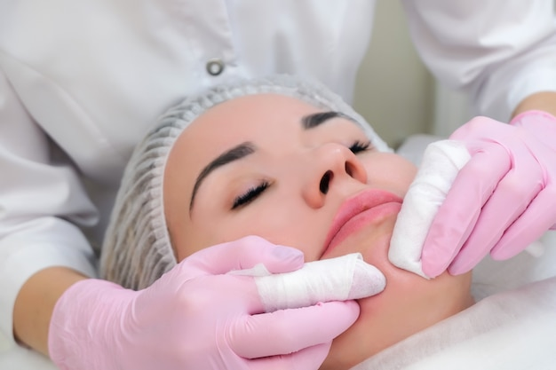 Verfahren zur manuellen reinigung der gesichtshaut von mitessern und akne