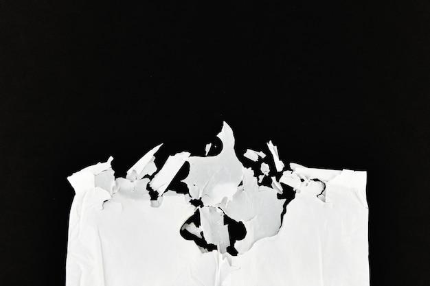 Verfallendes polyethylen. weiß auf schwarzem hintergrund. sicht von oben. platz zum schreiben. konzept der verschmutzung.