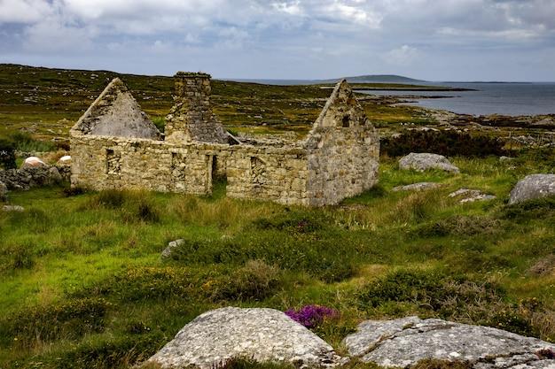 Verfallenes bauernhaus in der grafschaft mayo, irland