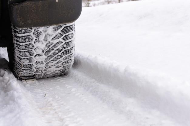 Verfolgen sie autoräder auf dem schnee. autoreifen auf winterstraße. spuren von den rädern des autos. reifen auf dem schnee.