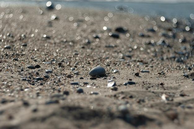 Verfolgungssteine am strand in der nähe des meeres.