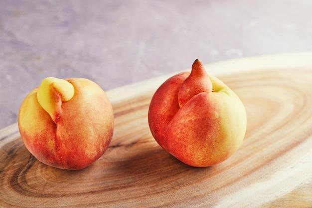 Verformte frische saftige pfirsiche