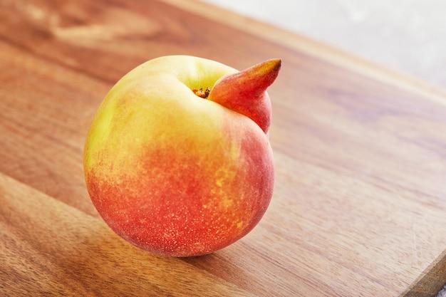Verformter frischer saftiger pfirsich