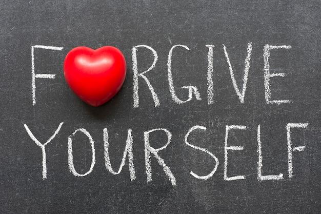 Vergib dir selbst geschriebenen satz auf der schultafel