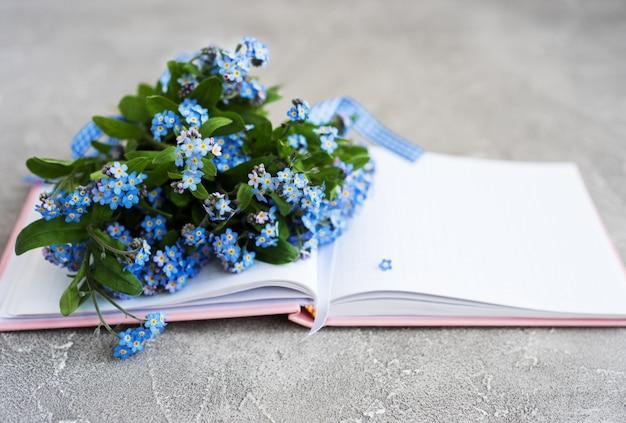 Vergiss mich nicht blumen und notebook