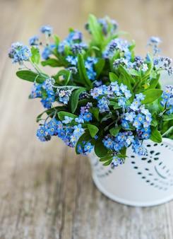 Vergissmeinnichtblumen in kleinem metalleimer