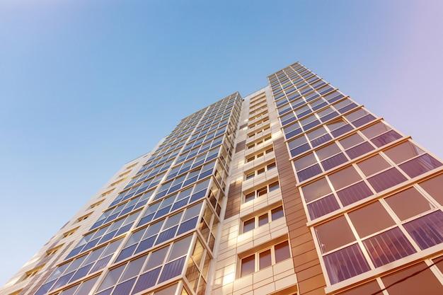 Verglaste fassade eines mehrstöckigen wohnhauses moderne wohnungen im hochhausrhythmus in der fotografie die perspektive ist oben