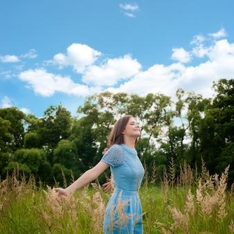 Vergnügen. freie glückliche frau, die natur genießt.