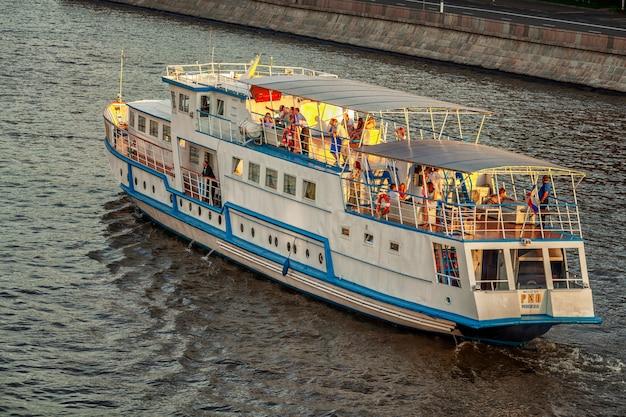 Vergnügungsboot mit leuten, die auf dem fluss ruhen.