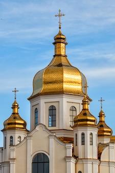 Vergoldete kuppeln der orthodoxen christlichen kirche leuchten auf dem hintergrund des blauen himmels