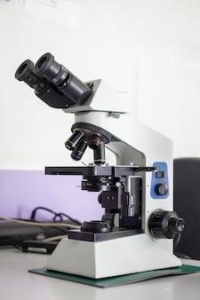 Vergrößerungsgerät. professionelles medizinisches mikroskop zur analyse.