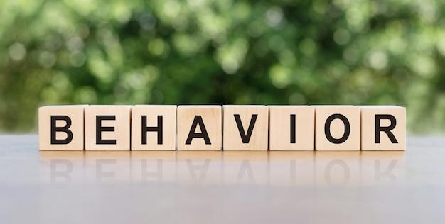 Verhaltenswort geschrieben auf holzklötzen.