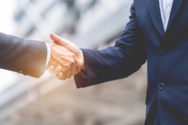 Verhandlungsgeschäft, bild von den geschäftsmännern, die hände mit rütteln, erreichen eine vereinbarung für geschäft, händedruck, der leute-verbindungs-abkommen gestikuliert
