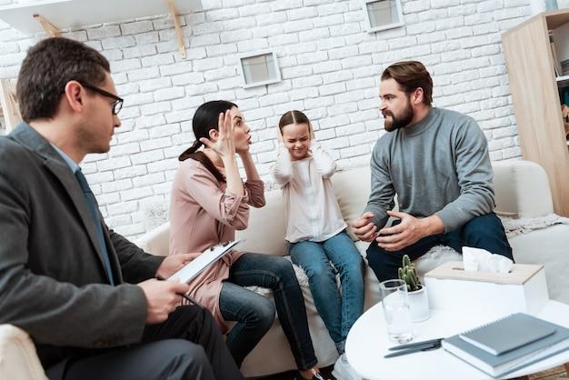 Verheiratetes paar, das an der psychologischen therapie argumentiert