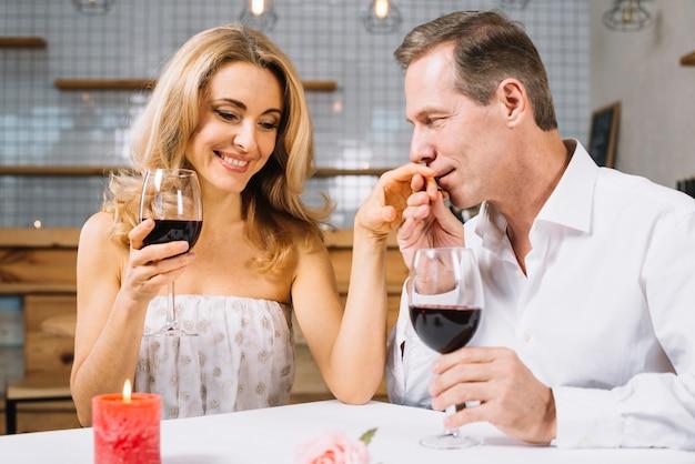 Verheiratetes paar, das ein romantisches abendessen genießt