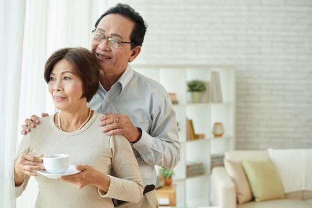 Verheiratetes paar von den liebevollen leuten, die zusammen zeit am morgen verbringen