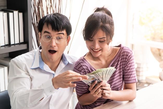 Verheiratetes paar, welches das geld erhält, das im familiengeschäft reich wird