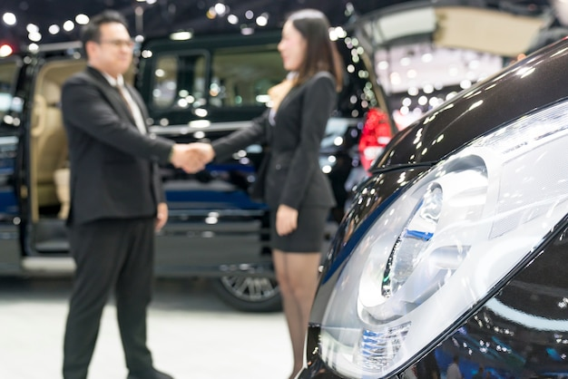Verkäufer, der autos am autohändler verkauft