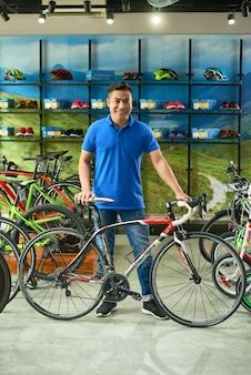 Verkäufer, der fahrrad verkauft