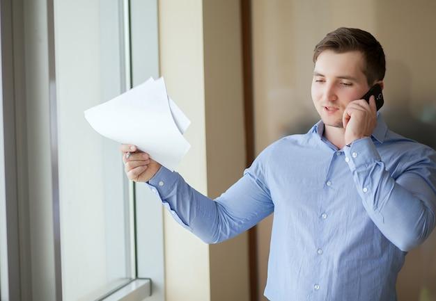 Verkäufer, der vom haus arbeitet und am telefon spricht
