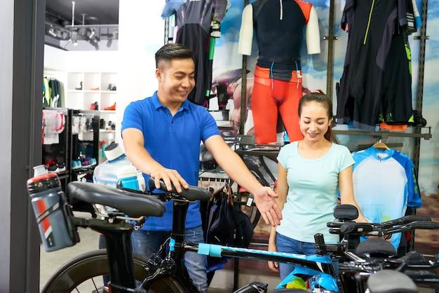 Verkäufer hilft dem kunden