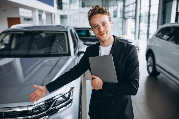 Verkäufer in einem autosalon