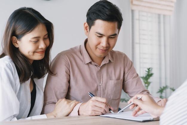 Verkäufer lassen die männlichen kunden den kaufvertrag unterschreiben