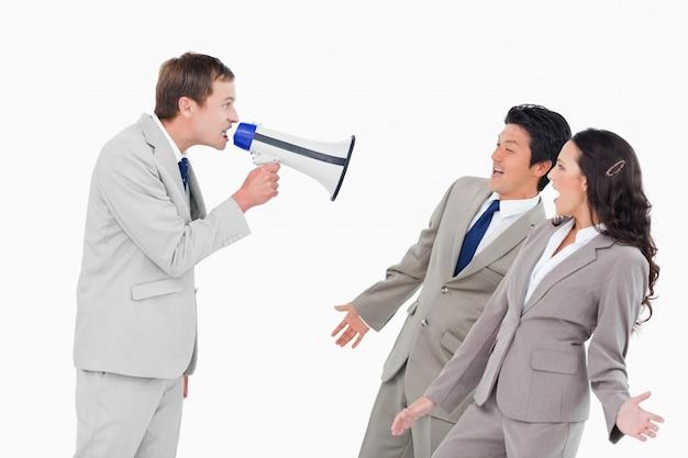 Verkäufer mit dem megaphon, das an den mitarbeitern schreit