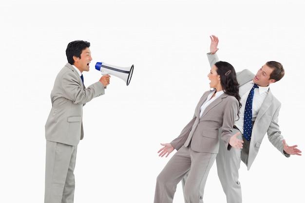 Verkäufer mit dem megaphon, das kollegen schreit