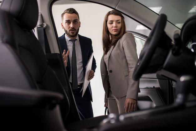 Verkäufer präsentiert luxusauto