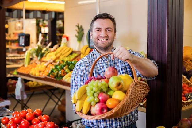 Verkäufer schlägt vor, reife früchte zu kaufen.