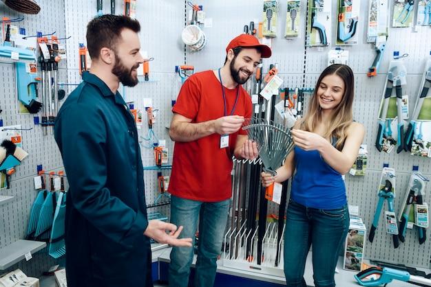 Verkäufer zeigt dem kunden neuen rechen