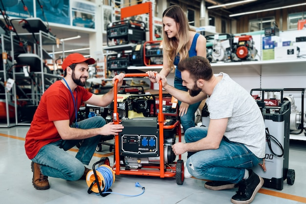 Verkäufer zeigt einigen kunden neuen generator.