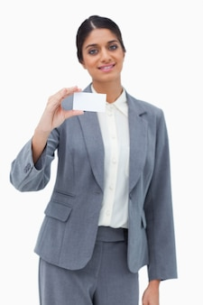 Verkäuferin, die leere visitenkarte darstellt