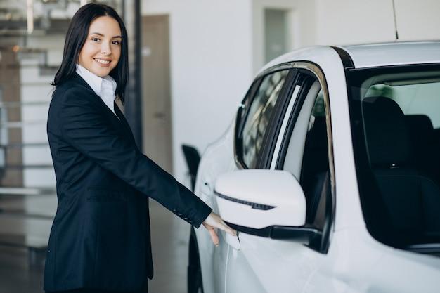 Verkäuferin im autohaus, die autos verkauft