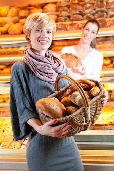 Verkäuferin mit kundin in der bäckerei