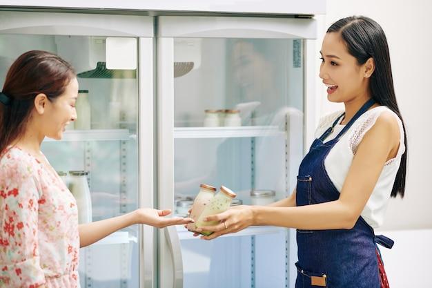 Verkäuferin zeigt neuen joghurt