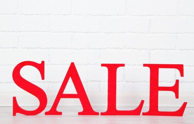 Verkauf auf dem boden auf hellem hintergrund
