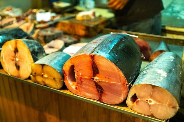 Verkauf auf dem stadtmarkt von frischem fischfleisch in stücke geschnitten in der hauptstadt der insel mauritius, port louis