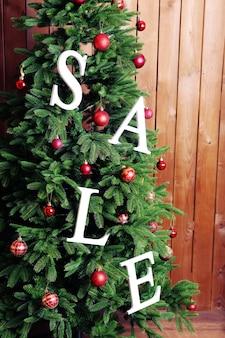 Verkauf auf weihnachtsbaum-nahaufnahme