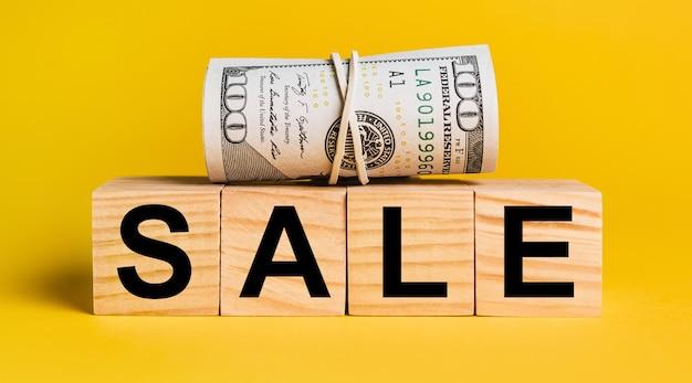 Verkauf mit geld auf einem gelben platz