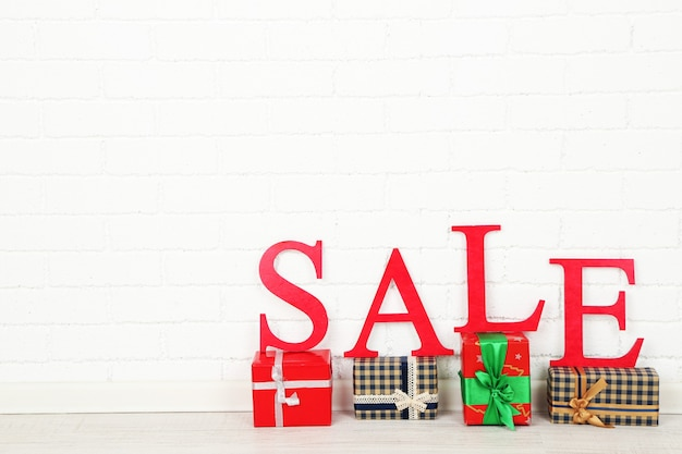 Verkauf mit geschenken auf der etage im zimmer