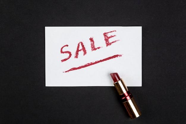 Verkauf mit rotem lippenstift geschrieben