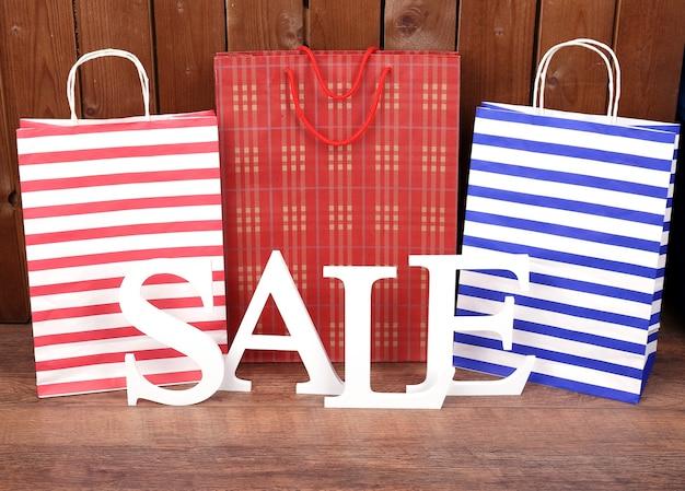 Verkauf mit taschen auf holzuntergrund