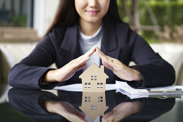 Verkauf repräsentieren immobilienmakler bieten neues haus, darlehensvertrag und versicherung, erfolg