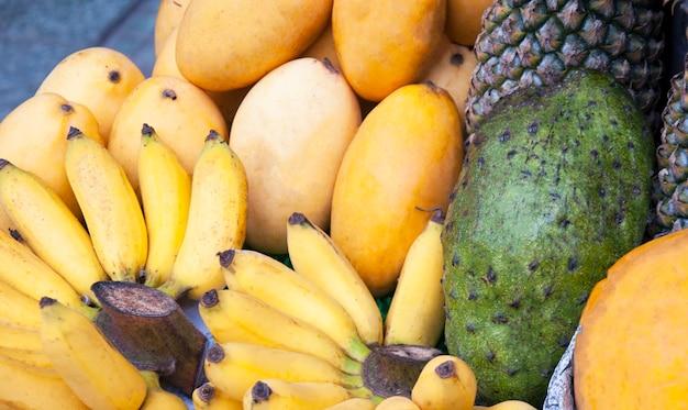 Verkauf von früchten in den straßen von vietnam
