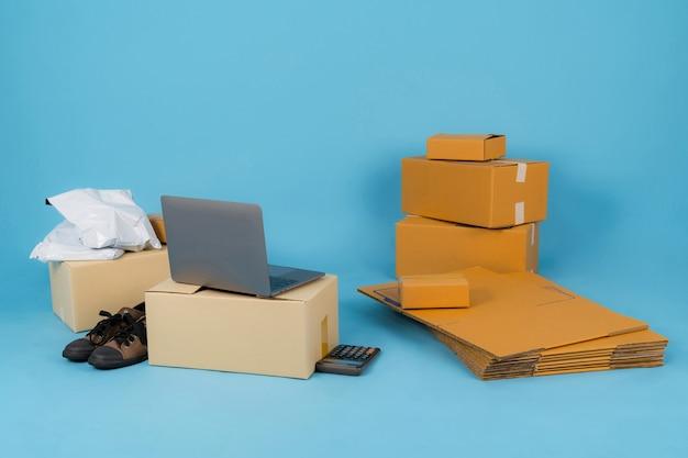Verkauf von online-ideen-konzept, online-verkäufer business-shop auf einem blauen hintergrund