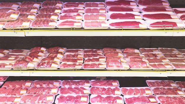 Verkauf von rohem rindfleisch im supermarkt